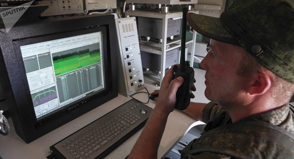 Un operario del sistema de lucha radioelectrónica Sinitsa, foto archivo