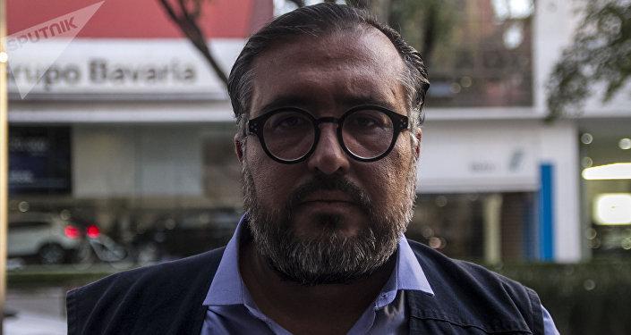 Arturo Peimbert Calvo, defensor de los derechos humanos del pueblo de Oaxaca, posa para foto
