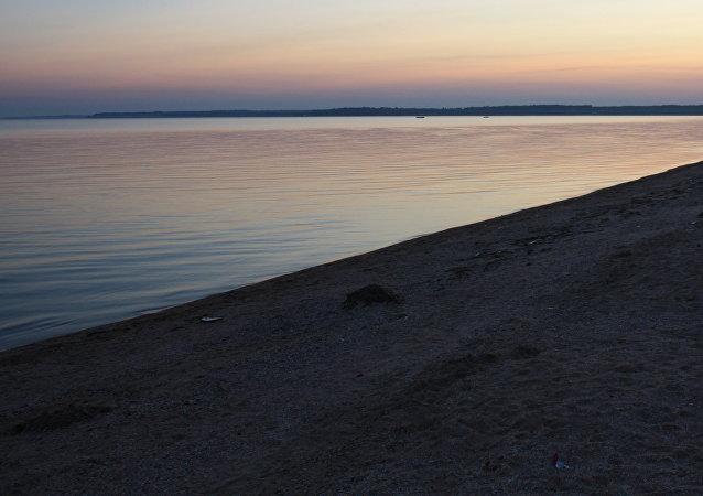 La orilla del mar de Azov en la región de Donetsk