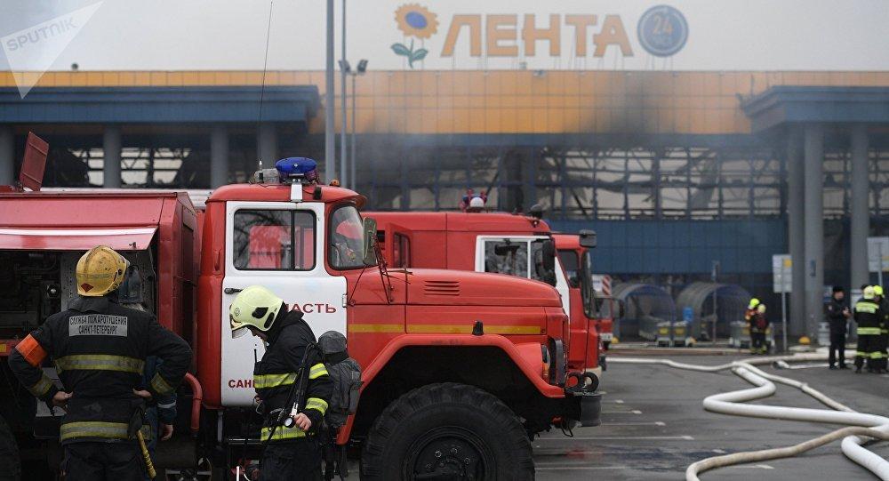 Bomberos cerca del hipermercado Lenta en San Petersburgo