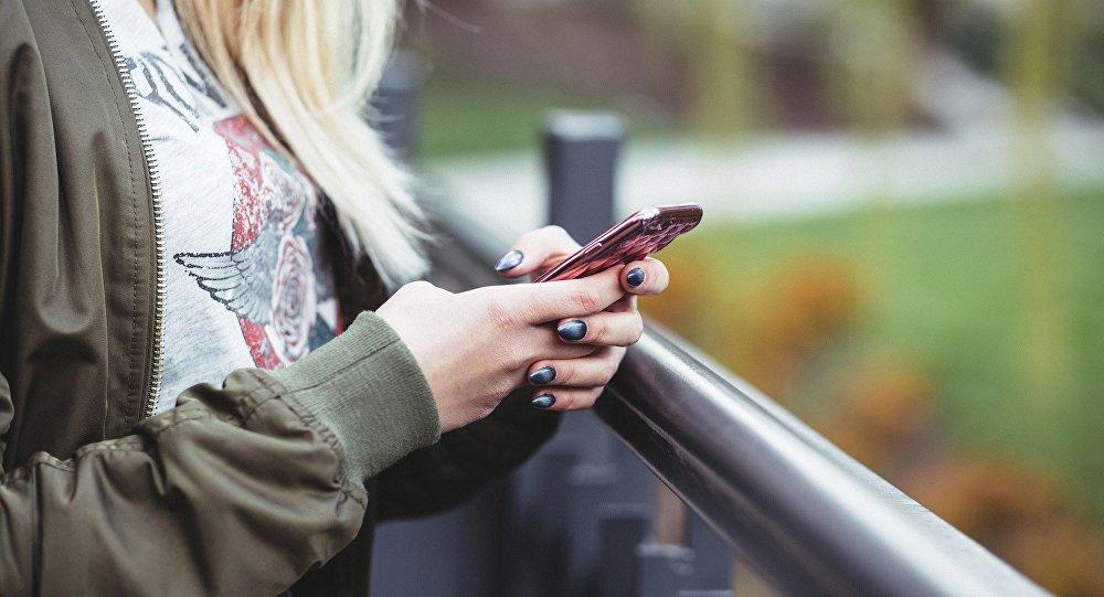 Una chica joven con un móvil