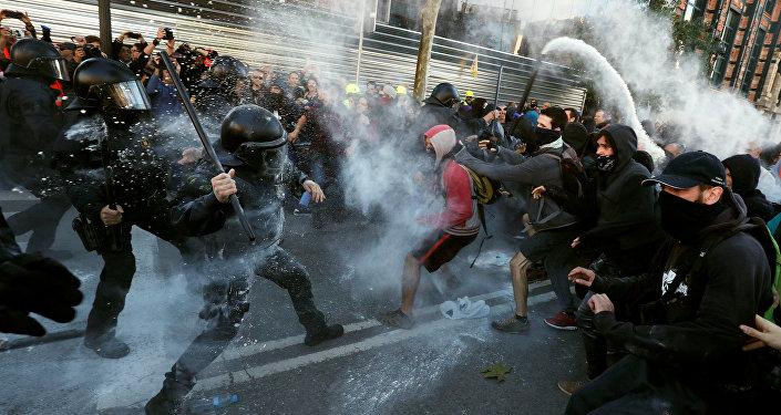 Choques entre los Mossos y los manifestantes de CDR en Barcelona, España