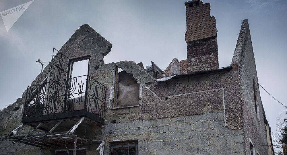 Una casa destruida en la región de Donetsk