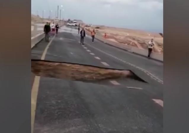Un tramo de autopista desaparece a plena luz del día en Israel
