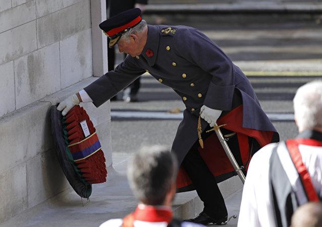 El príncipe Carlos coloca una corona de flores en el Cenotafio en Londres