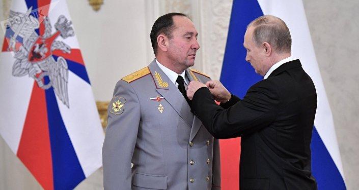 El presidente de Rusia, Vladímir Putin, otorga la medalla al mayor general Guennadi Zhidkó (archivo)