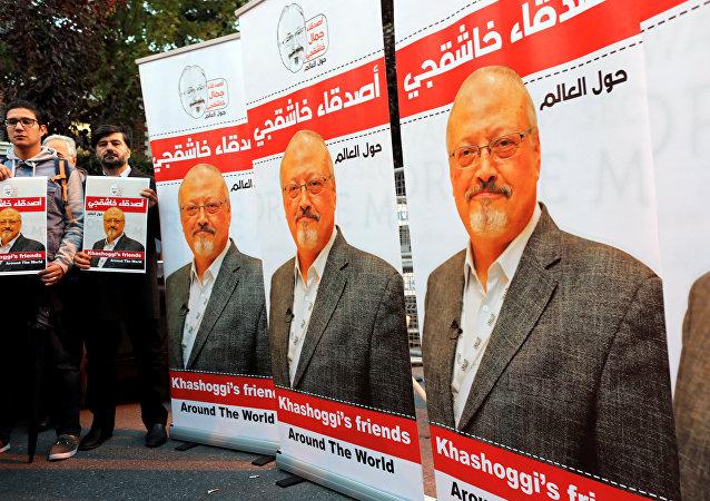 Activistas con fotos y banners del periodista saudi, Jamal Khashoggi (archivo)