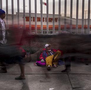 """Ciudad de México. Cientos de personas centroamericanas caminan del estadio """"El Palillo"""" rumbo a Querétaro para descansar y seguir camino hacia EEUU"""