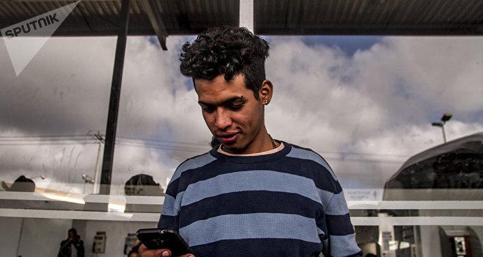 Estado de México. Marvin espera la terminal de Tepotzotlán a que llegue el autobús de la compañía Coordinados, que ofrecieron un descuento en el costo de los boletos a Querétaro, la siguiente parada en el camino a EEUU