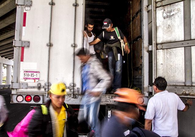Decenas de migrantes bajan de uno de los transportes solidarios que ayudaron en el camino a EEUU (imagen referencial)