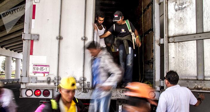 Querétaro. Decenas de migrantes bajan de uno de los transportes solidarios que ayudaron en el camino a EEUU