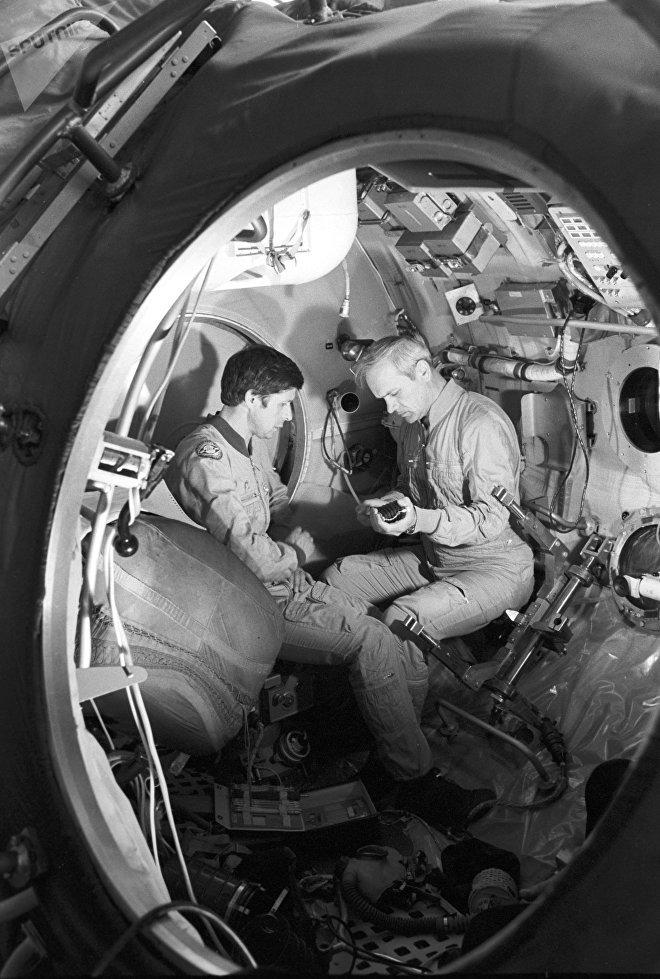 Vladímir Dzhanibekov y Víktor Savínij en la Soyuz T-13 durante un entrenamiento