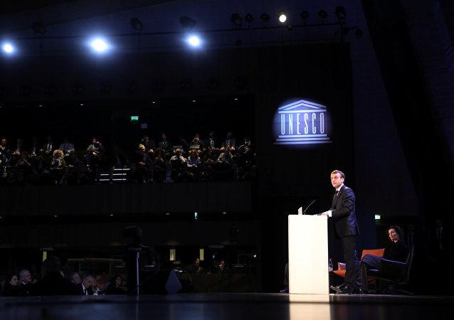 El presidente de Francia, Emmanuel Macron, hace una declaración ante la Unesco