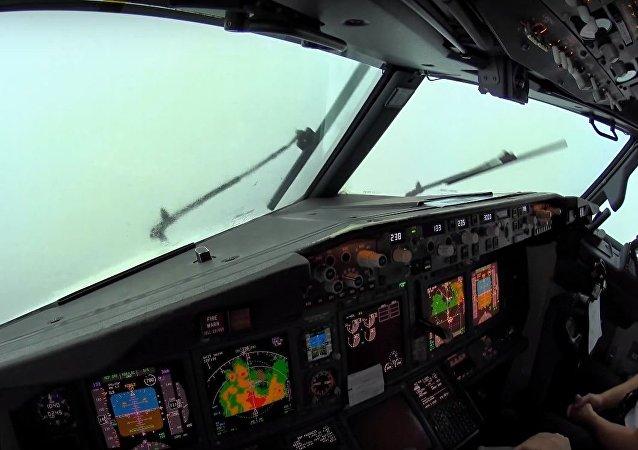Cabina de un Boeing 737 durante un aterrizaje
