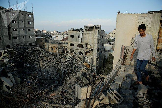 Un hombre camina en las ruinas de una edificación en Gaza