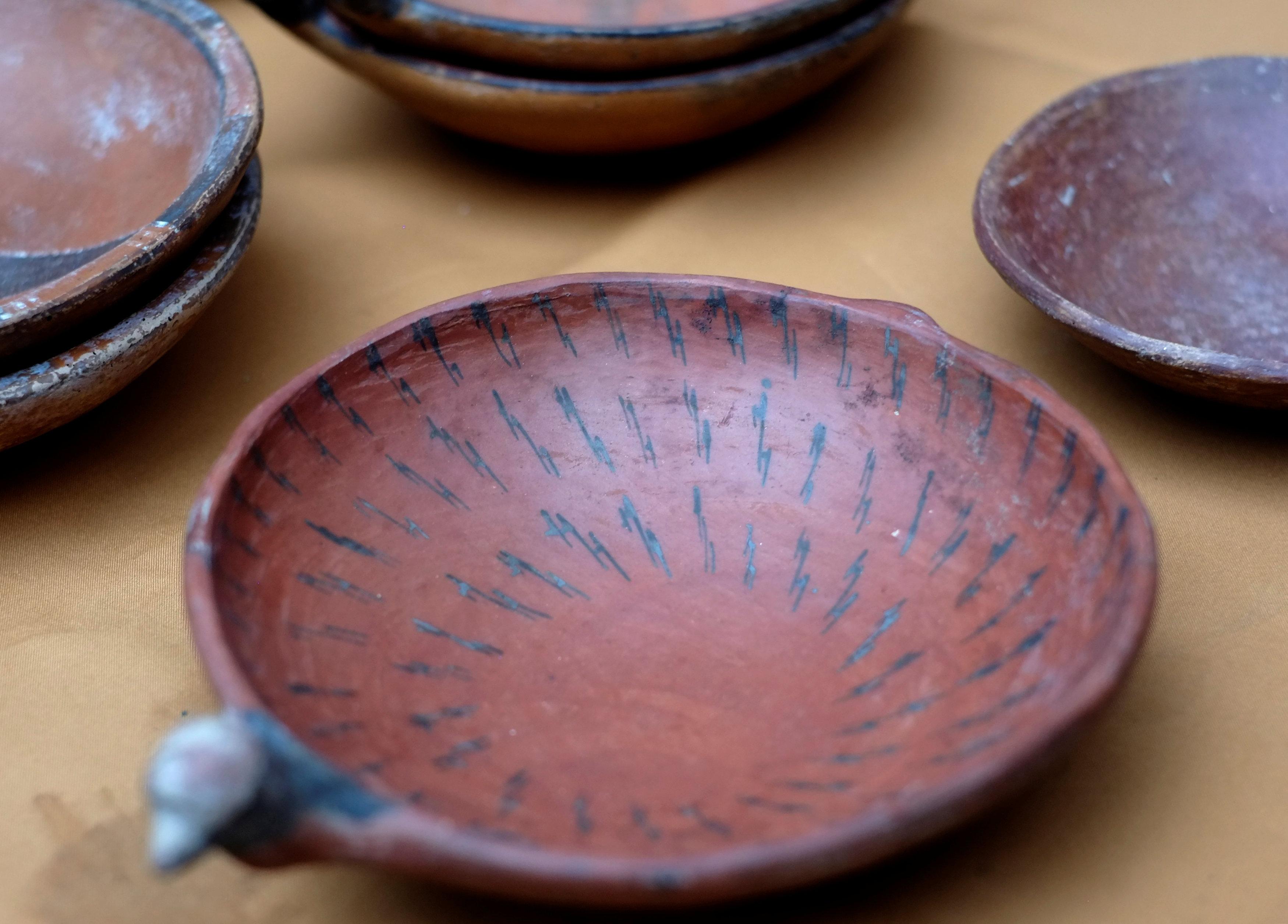 Piezas de cerámica se muestran como parte de un hallazgo arqueológico, en Mazo Cruz