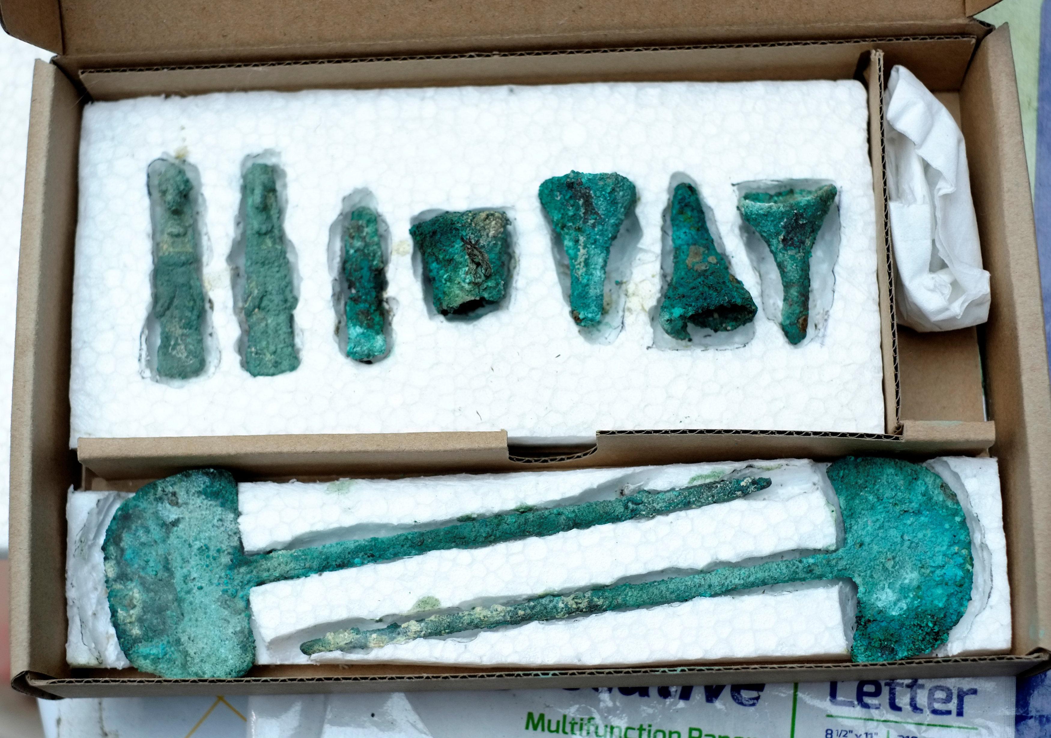 Piezas de metal se muestran como parte de un hallazgo arqueológico, en Mazo Cruz
