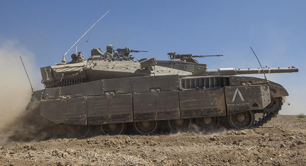 An Israeli Merkava tank rolls to the southern Israeli border with the Gaza Strip, on August 1, 2014