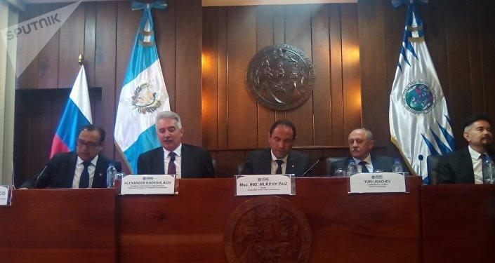 Reunión en Universidad San Carlos