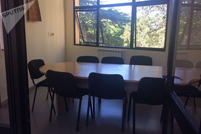 Salón de reuniones en la residencia de los médicos cubanos en Uruguay