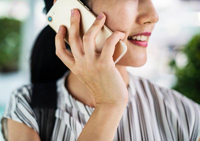 Una mujer hablando por teléfono móvil