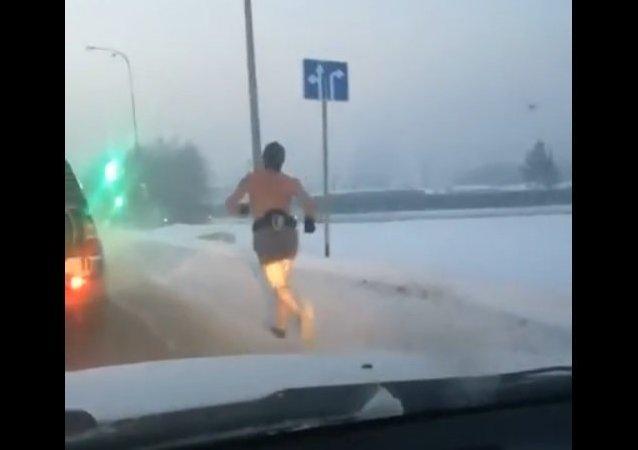 Carrera en paños menores en una carretera nevada de Siberia
