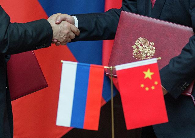 Banderas de Rusia y China (archivo)