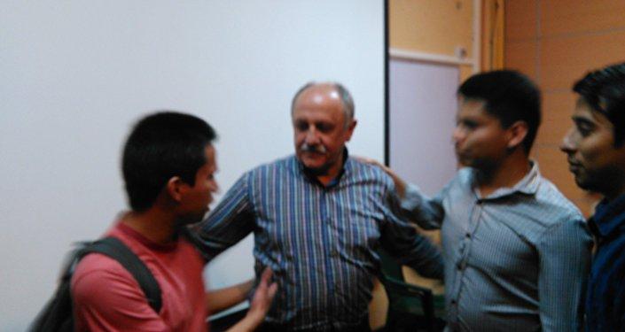 Yuri Usachov con estudiantes de USAC