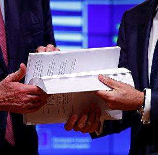 El negociador jefe de la UE sobre el Brexit, Michel Barnier, y el presidente del Consejo Europeo, Donald Tusk, sostienen el borrador del acuerdo del Brexit