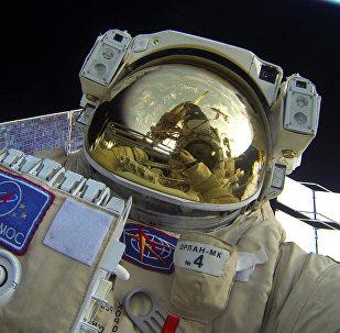 Un cosmonauta cerca de la EEI