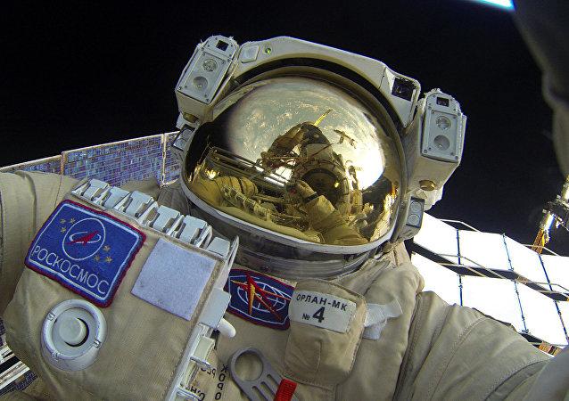 Cosmonauta ruso en una caminata espacial