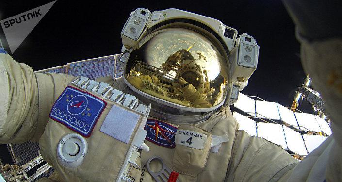 Cosmonauta ruso durante una caminata espacial cerca de la EEI