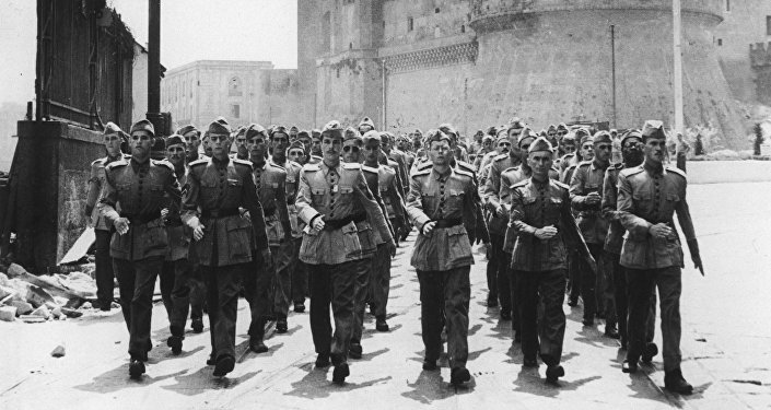 Soldados de la Fuerza Expedicionaria Brasileña (FEB) marchan a través del puerto de Nápoles, en julio de 1944