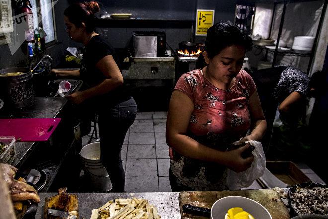 Cocineras de Honduras 504 preparan un pollo chuco, platillo típico en el país centroamericano
