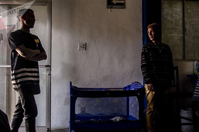"""Dos jóvenes del éxodo hondureño trabajan en el restaurante """"Honduras 504"""""""