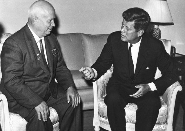 El líder de la URSS Nikita Jruschov y el presidente de EEUU John Kennedy