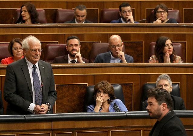 Diputado de Esquerra Republicana de Catalunya (ERC), Gabriel Rufián, acusando al canciller español, Josep Borrell, en el Congreso de los Diputados de España