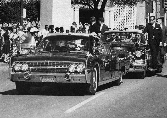 El presidente John F. Kennedy a pocos segundos de recibir un disparo mortal