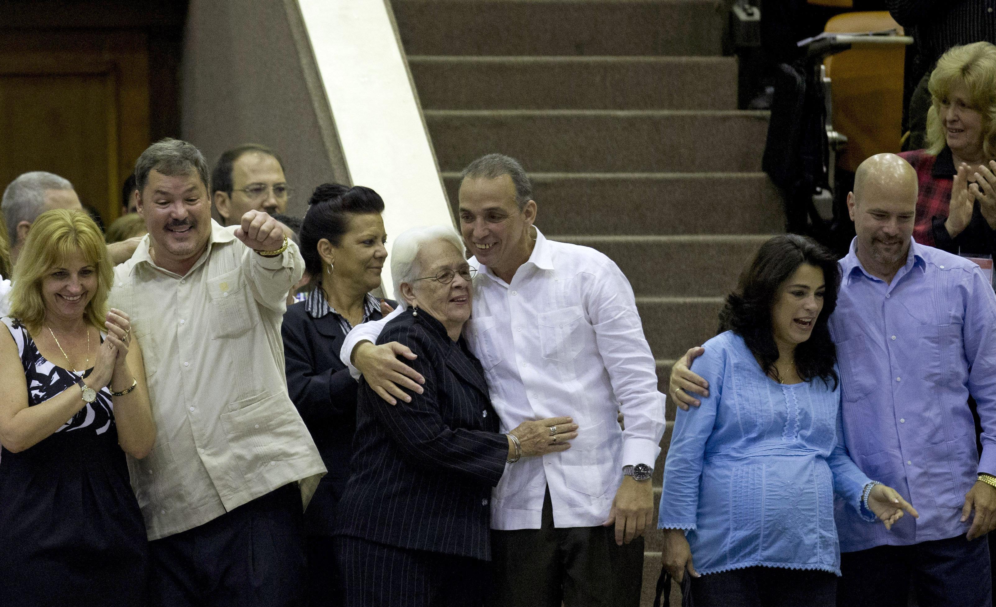 Miembros de los cinco héroes cubanos junto a sus familiares