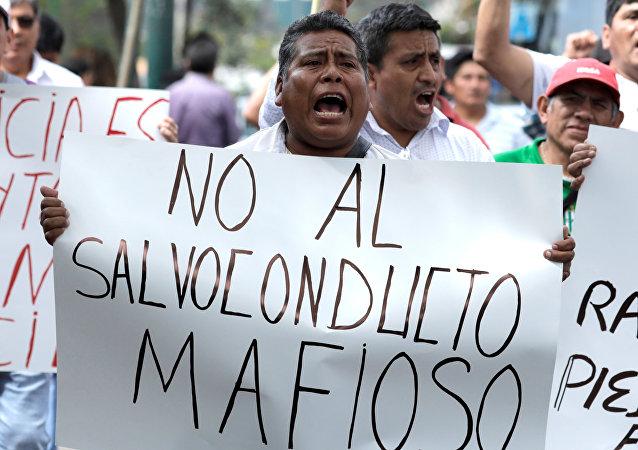 Protestas en Perú contra el asilo al expresidente de Perú, Alan García