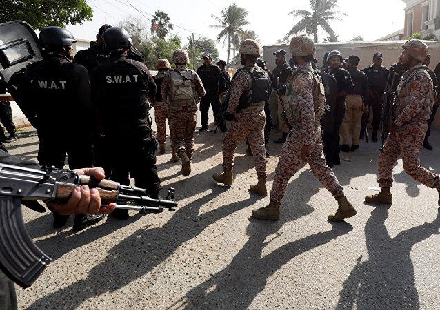 Militares cerca del Consulado general de China en Karachi tras anentado