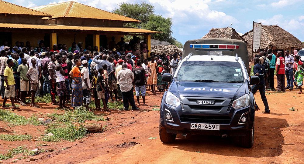 Un coche de policía keniana en el lugar del secuestro de cooperante italiana