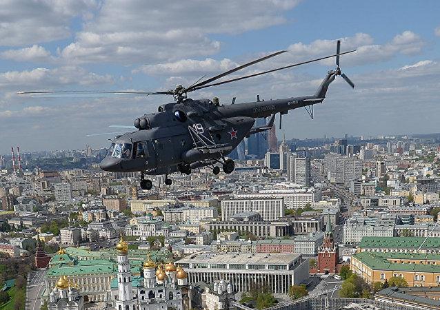 Mi-8 sobrevuela el centro de Moscú