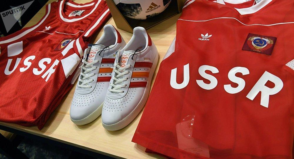 Ropa deportiva con símbolos de la URSS de Adidas