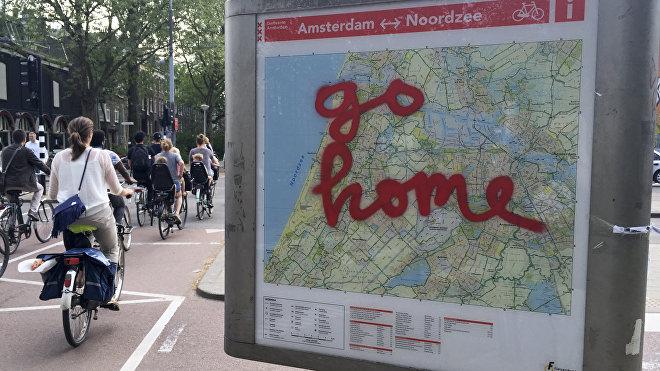 Grafiti sobre un mapa turístico en la ciudad de Ámsterdam: 'Vallan a casa'