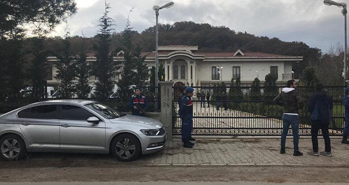 Policías y gendarmes turcos cerca de una finca de la provincia de Yalova