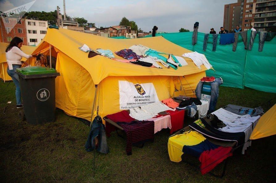 Pese a los esfuerzos del distrito de Bogotá por proveer alimentación y cobijo a los inmigrantes venezolanos, varios de ellos se quejan por la escasez de alimentos y la falta de frazadas, mientras otros aprovechan un poco de sol para lavar y secar su ropa en las carpas