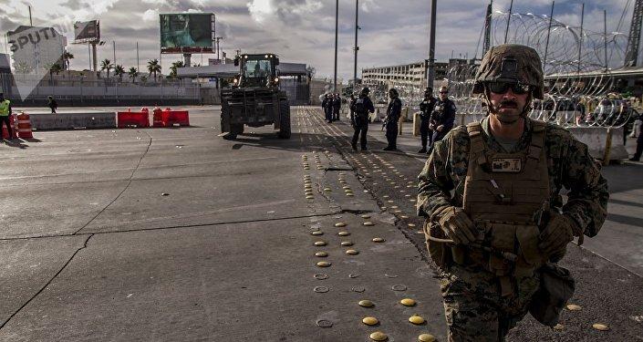 Elementos del Ejército de EEUU ponen barricadas del lado mexicano de la frontera en la garita San Ysidro