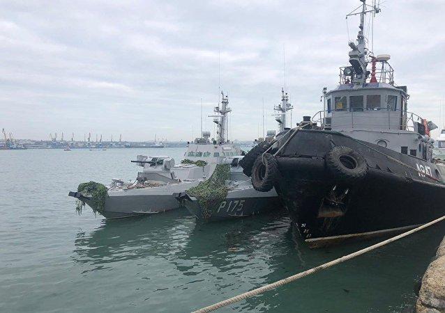 Las naves ucranianas Nikopol, Yani Kapu y Berdiansk en el puerto de Kerch