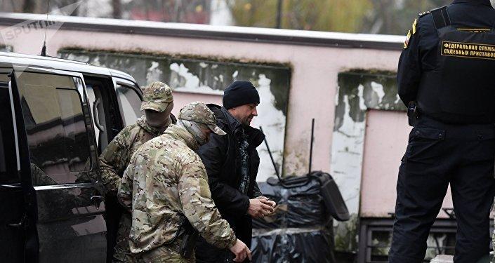 Uno de los marineros ucranianos (centro) detenidos en el estrecho de Kerch